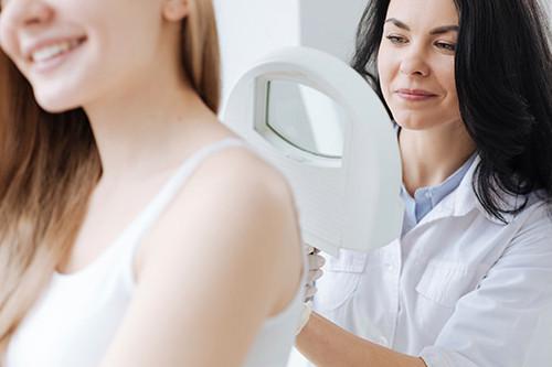 Włókniaki zaliczamy do łagodnych nowotworów skóry. Występują głównie na skórze szyi, w okolicach pachowych, w pachwinach oraz na powiekach.